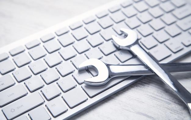Chaves no teclado do computador. serviço de ti. apoio, suporte