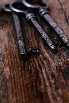 Chaves rústicas na mesa de madeira