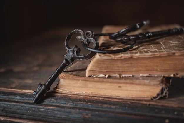 Chaves velhas do vintage em um livro velho e maltratado