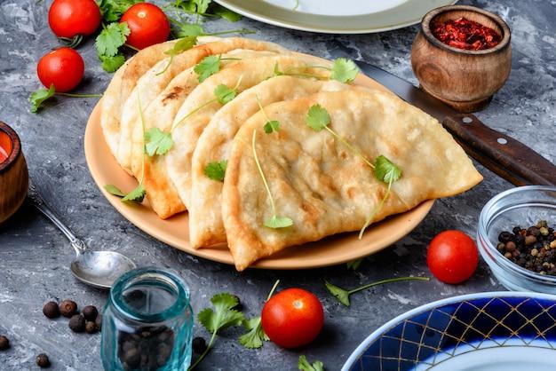 Cheburek, torta de massa com recheio de carne