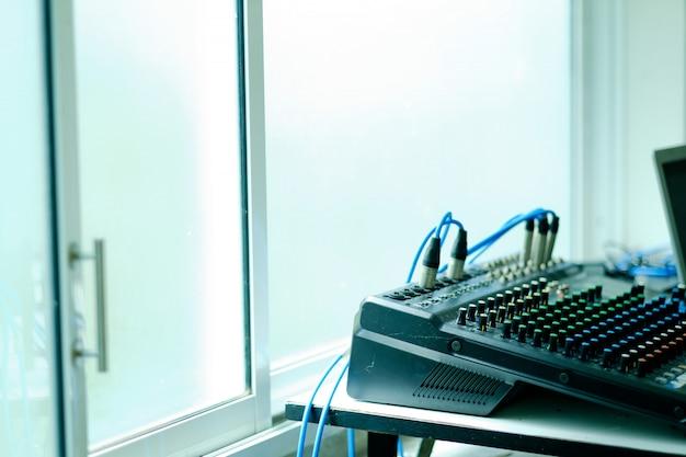 Checagem de som para concerto, controle de mixer, engenheiro de música, backstage