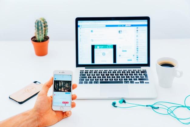 Check-in no telefone e facebook no laptop