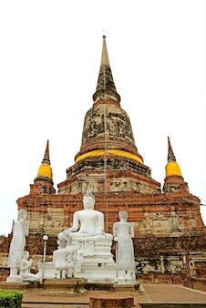 Chedi histórico com imagens de buda no templo budista wat yai chai mongkhon, ayutthaya, tailândia