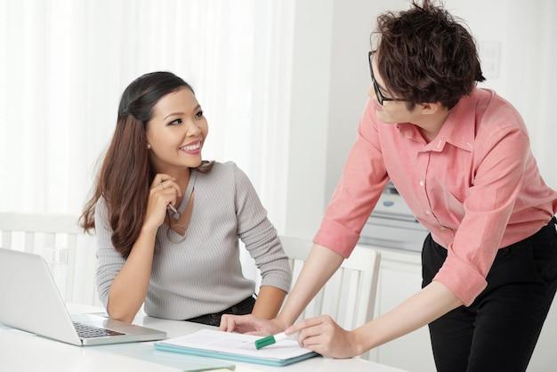 Cheerfu, cooperando, homem mulher, em, escritório