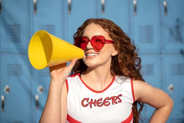 Cheerleader sorridente de tiro médio