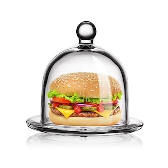 Cheeseburger clássico em redoma de vidro transparente, isolada no fundo branco.