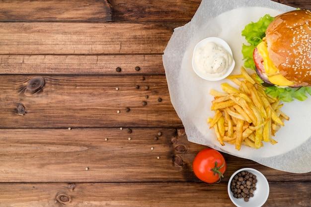 Cheeseburger com batatas fritas e cópia espaço