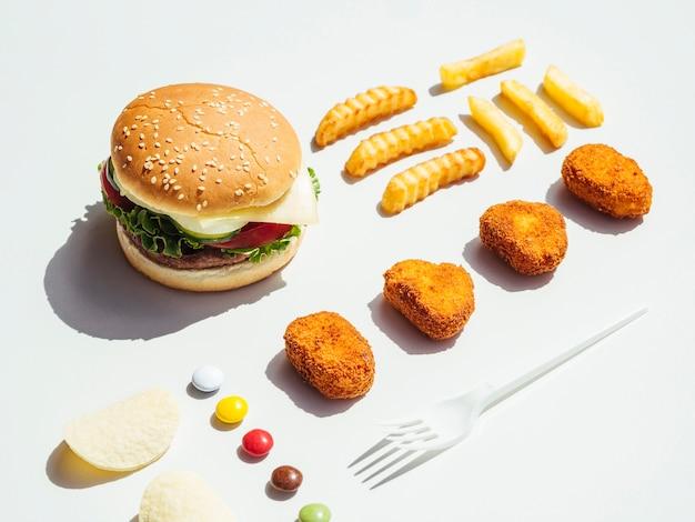 Cheeseburger com batatas fritas e nuggets