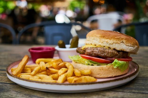 Cheeseburger com batatas fritas
