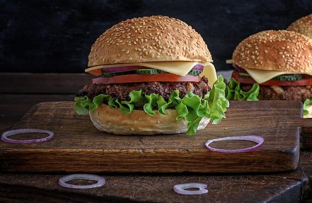 Cheeseburger com rissóis de carne e pão de gergelim branco
