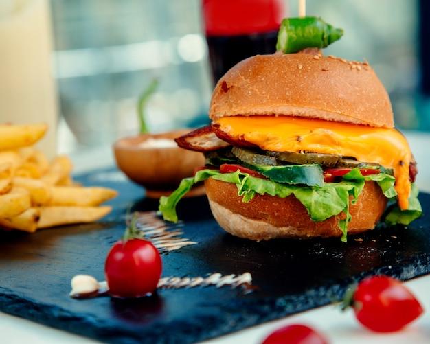 Cheeseburger de frango crocante e batatas fritas