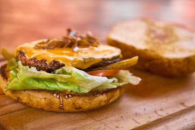 Cheeseburger delicioso na mesa de madeira