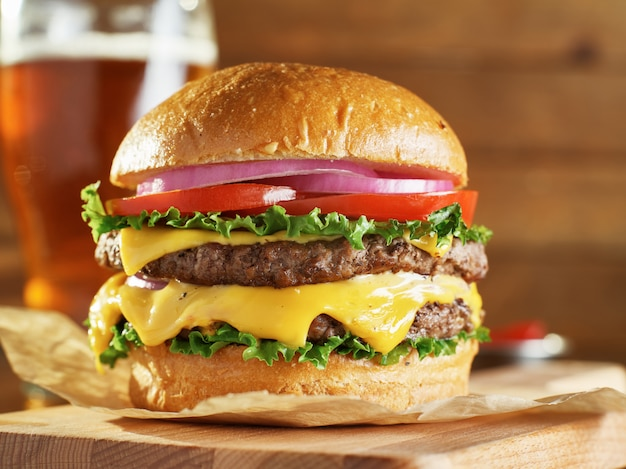 Cheeseburger duplo com cebola e tomate