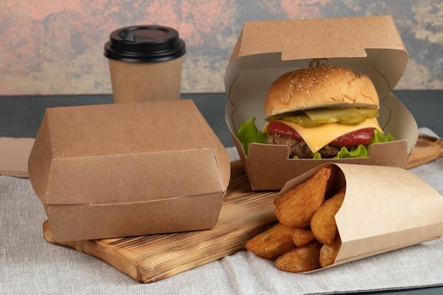 Cheeseburger em embalagem de papel para entrega