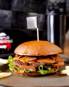 Cheeseburger suculento com picles e cebolas