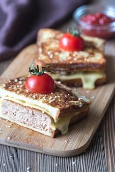 Cheeseburger torradas francesas na tábua de madeira