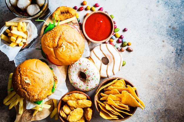 Cheeseburgers, batatas fritas, nachos, rosquinhas, refrigerantes e pepitas