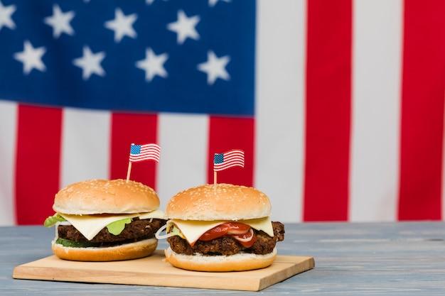 Cheeseburgers na placa de madeira
