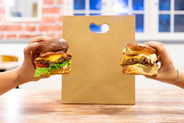 Cheeseburgers prontos para entrega