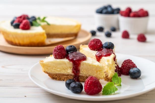 Cheesecake caseiro com framboesas e mirtilos