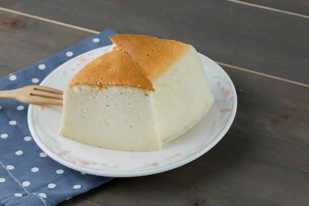 Cheesecake caseiro em um prato com garfo