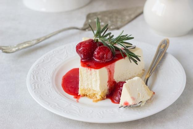 Cheesecake clássico de nova york com molho de morango e alecrim
