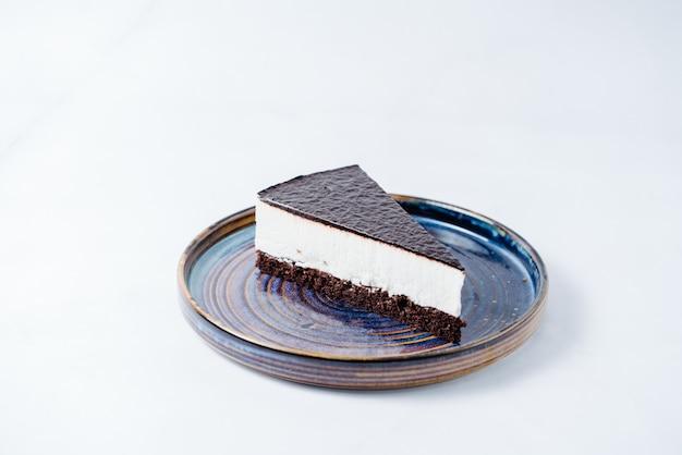 Cheesecake coberto com calda de chocolate