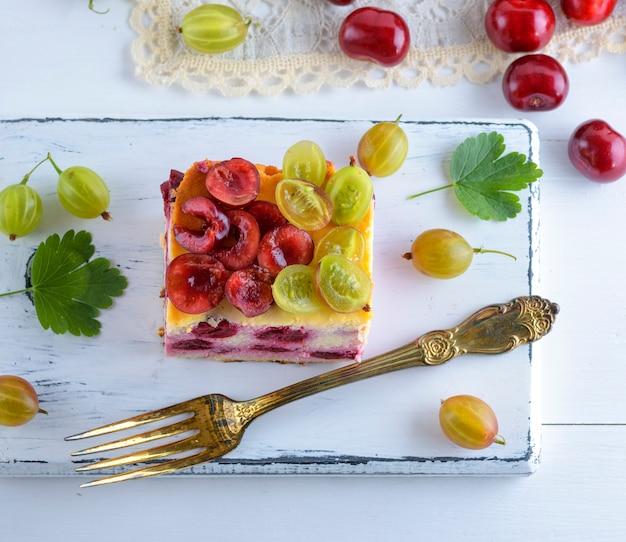 Cheesecake com frutas cereja e queijo cottage caseiro, decorado com groselha