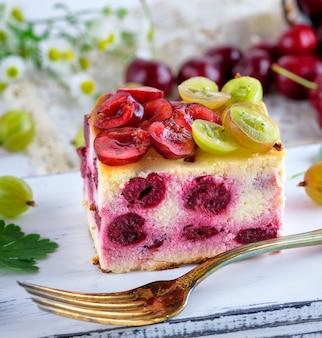 Cheesecake com frutas cereja e queijo cottage caseiro