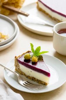 Cheesecake com frutas vermelhas e hortelã verde. vegan sem glúten e sem açúcar, cheesecake saudável.