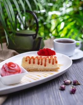 Cheesecake com geléia de morango e vista lateral para sorvete