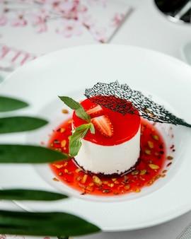 Cheesecake com geléia de morango