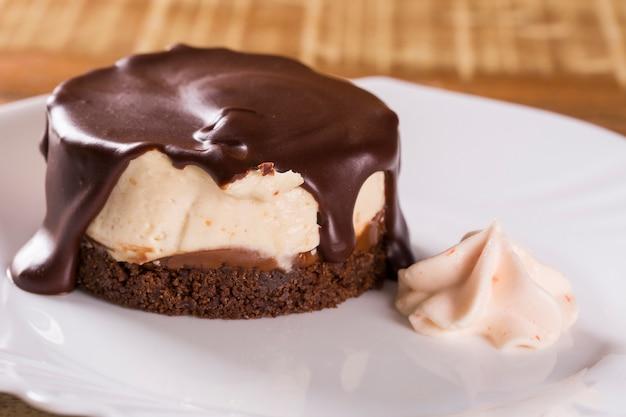 Cheesecake com molho de chocolate e pimenta