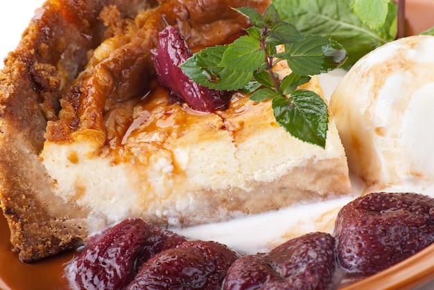 Cheesecake com morango fresco no prato com sorvete