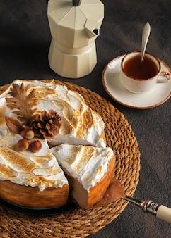 Cheesecake de abóbora com merengue de marshmallow cobertura decorada com pinhas