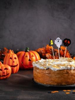 Cheesecake de abóbora de halloween com cobertura de merengue de marshmallow decorada
