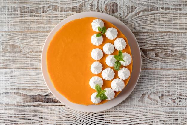 Cheesecake de abóbora saboroso na mesa de madeira branca, vista superior