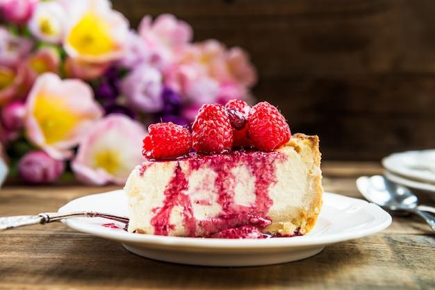 Cheesecake de baunilha caseira com framboesas