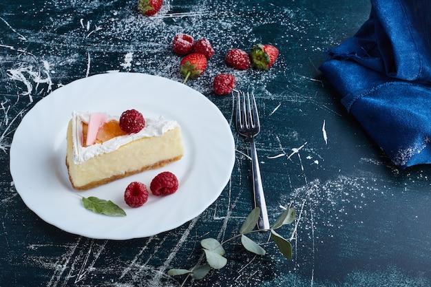 Cheesecake de baunilha com frutas vermelhas.