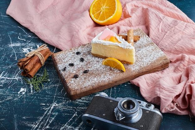 Cheesecake de baunilha em uma placa de madeira com frutas.
