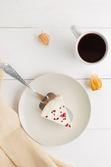 Cheesecake de chá verde matcha sobre fundo branco