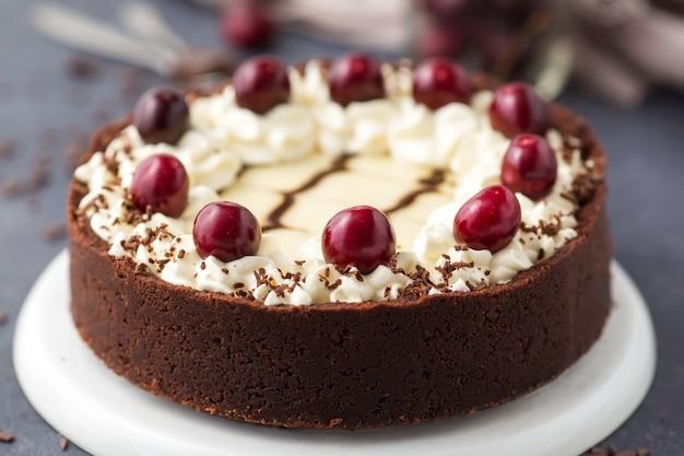 Cheesecake de chocolate com cerejas