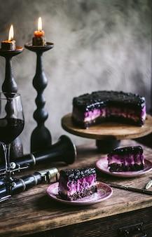 Cheesecake de chocolate e mirtilo um pedaço de cheesecake em foco efeito bokeh