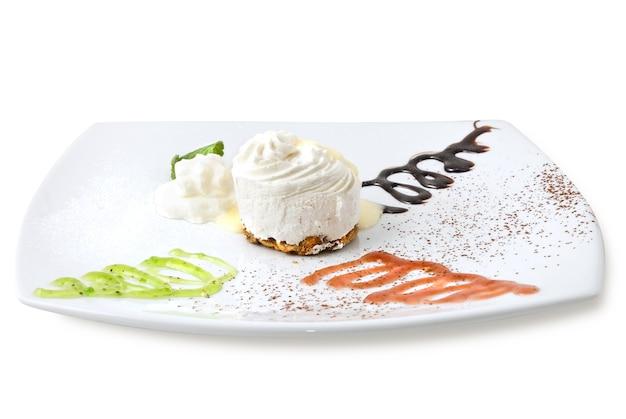 Cheesecake de creme isolado no branco