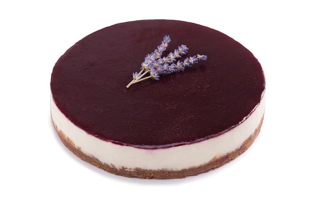 Cheesecake de estilo new york inteiro isolado em um fundo branco. tarte de queijo inteiro. cheesecake cremoso caseiro.