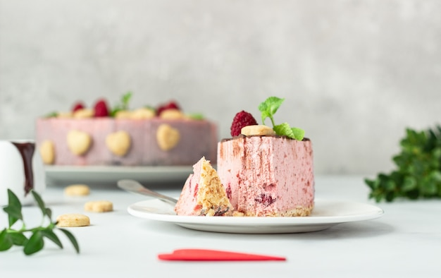 Cheesecake de framboesa sem cobertura com cobertura de chocolate, framboesas, biscoitos e hortelã