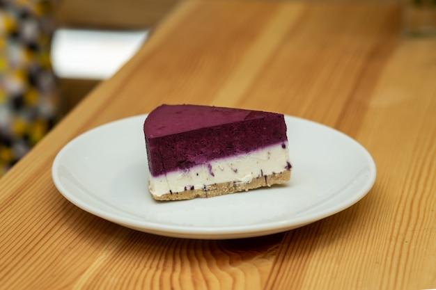 Cheesecake de frutas no prato branco no restaurante