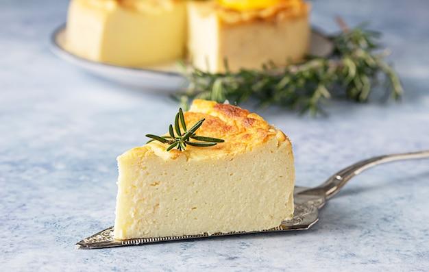 Cheesecake de limão e baunilha com rodelas de alecrim, hortelã e limão.