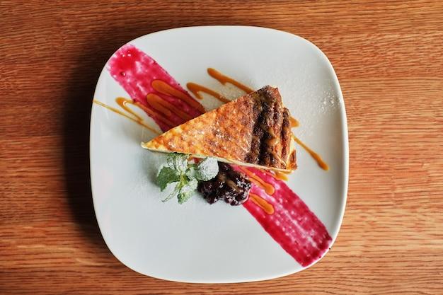 Cheesecake de mirtilo delicioso e doce no prato branco servido com chantilly