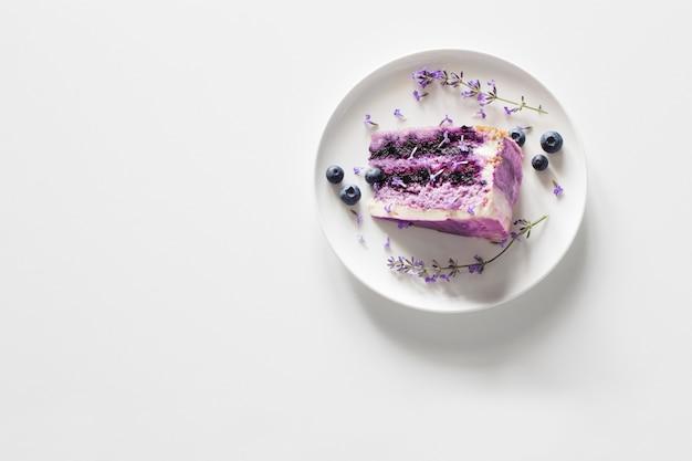 Cheesecake de mirtilo e lavanda no prato na mesa branca